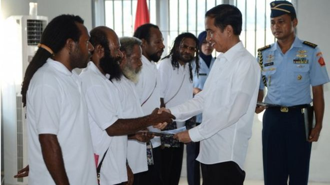 Indonesian President Joko Widodo shakes hands with freed Papuan political prisoners in the restive eastern province of Papua on 9 May 2015.