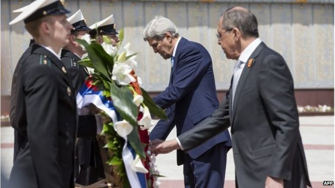 John Kerry (centre) and Sergei Lavrov at World War Two memorial in Sochi, 12 May 2015