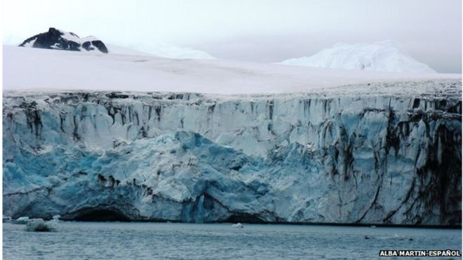 The calving front of a glacier on Livingstone Island located near the Antarctic Peninsula (photo Alba Martin-Español)