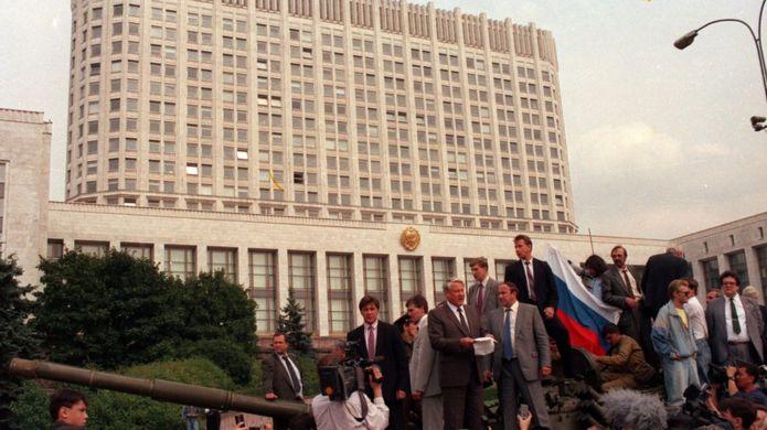 Boris Yeltsin phát biểu trên xe tăng trước quốc hội Nga tháng 9/1991 khi Liên Xô sụp đổ