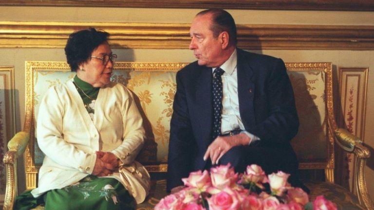 Bà Nguyễn Thị Bình nói chuyện với ông Jacques Chirac