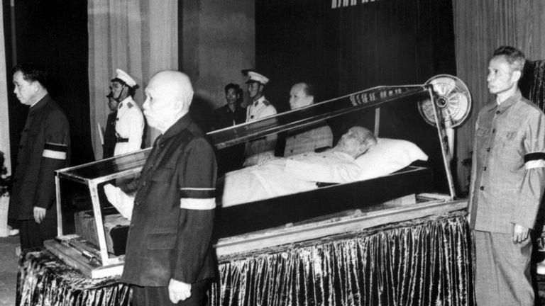 Các ông Lê Duẩn, Tôn Đức Thắng, Phạm Văn Đồng và Trường Chinh bên linh cữu Chủ tịch Hồ Chí Minh năm 1969 ở Hà Nội