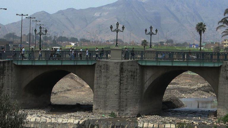 El puente de Piedra en Lima, Perú.