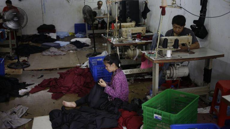 Công nhân may quần áo trong xưởng dệt may ở khu Tambora, Jakarta, nơi cô Siti Aisyah từng làm việc.