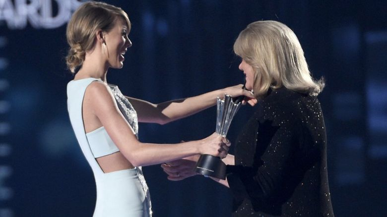 Taylor Swift pays tribute to sick mum