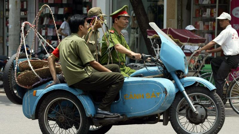 Police clear street vendors in Hanoi, 2003