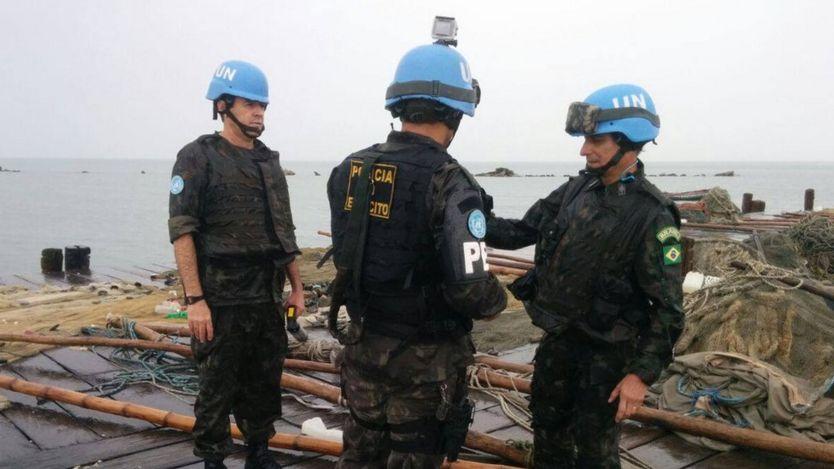 O general Ajax Porto Pinheiro (à direita), em visita a uma das regiões atingidas pelo furacão