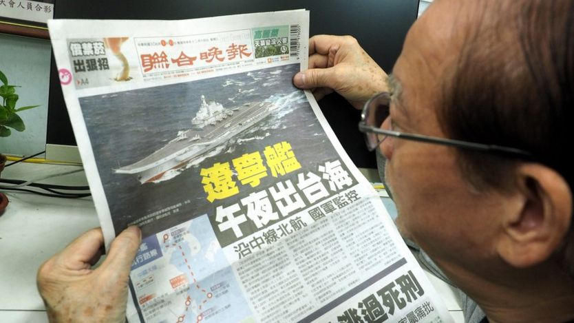 Diario taiwanés con la noticia del portaviones chino acercándose.