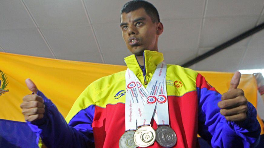 Leonardo Acosta con sus medallas de las Olimpiadas Especiales