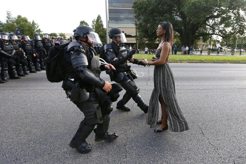 Una manifestante en Alton Sterling siendo detenida cerca del cuartel de la policía en Baton Rouge, Luisiana, EE.UU.