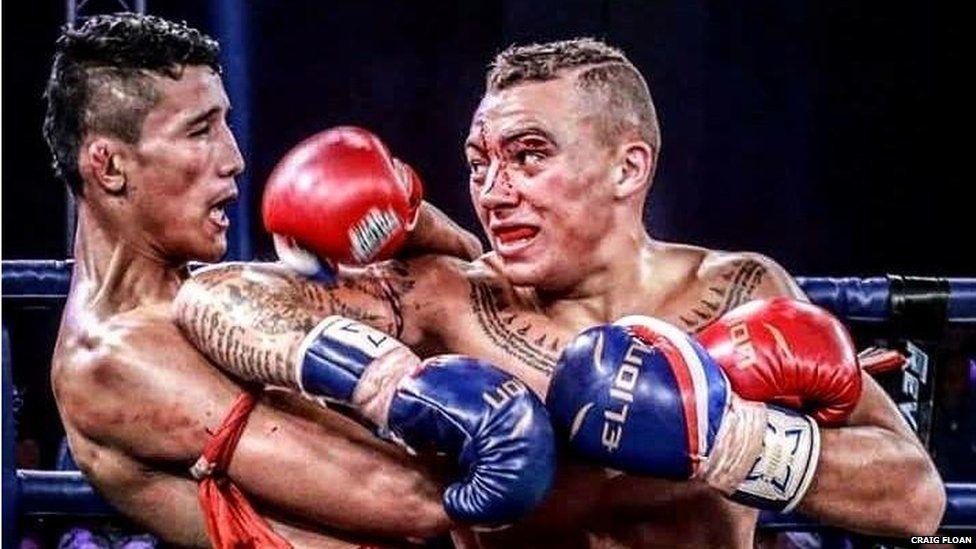Jordan Coe dans un combat avec un autre boxeur de Muay Thai