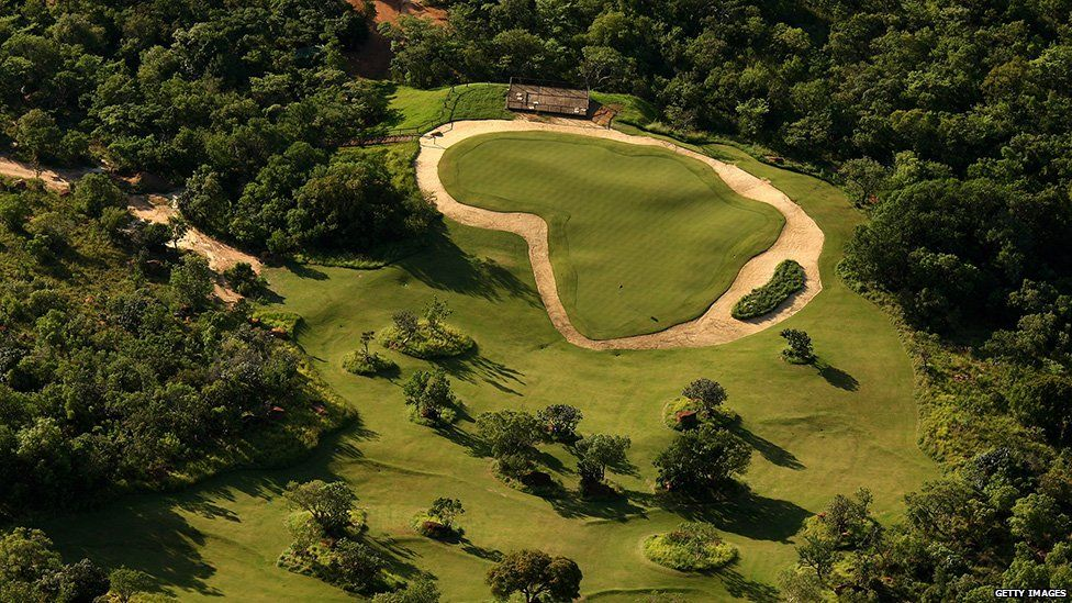 """Once they've teed off at the """"Extreme 19th"""" golfers must fly down to the green by helicopter"""