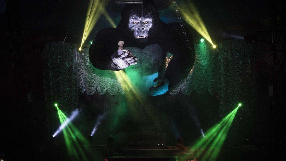 Uma das maiores atrações do circo, o King Kong com 12 metros de altura assusta as crianças e entretem os adultos