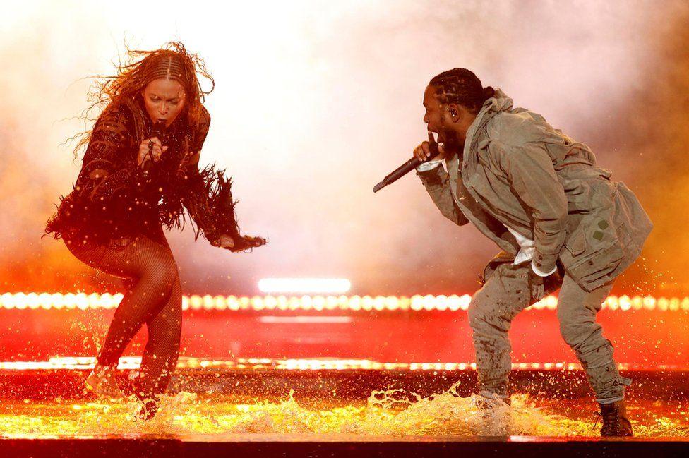 Beyoncé cantando con Kendrick Lamar en la ceremonia de los premios de Black Entertainment Television (BET) en Los Ángeles