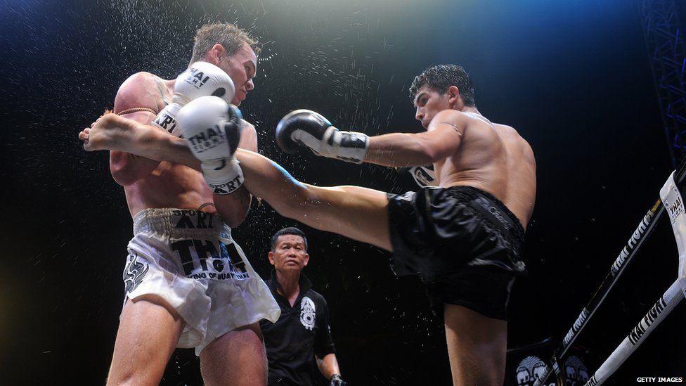Antoine Pinto de France et Charlie Guest d'Angleterre se battent lors d'un événement de Muay Thai en Thaïlande