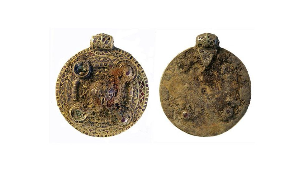 This is a photo of the gold pendant the 23-year-old treasure hunter found in 2014