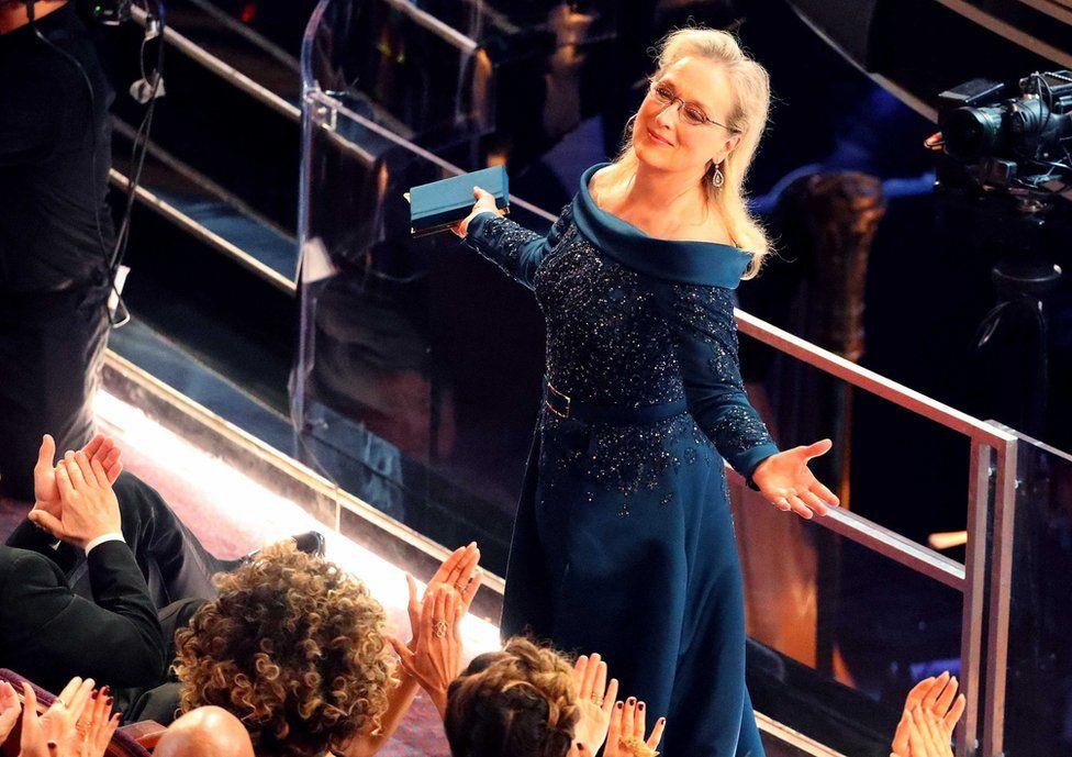 """Джиммі Кіммел запримітив акторку Меріл Стріп і згадав про її """"багато несподіваних і переоцінених виступів"""", викликавши сміх у залі. Раніше цього тижня дизайнер Карл Лаґерфельд звинуватив Меріл Стріп у тому, що вона відмовилася від однієї з його суконь, віддавши перевагу іншому дизайнеру, бо той нібито запропонував їй заплатити. Пізніше Лаґерфель заявив, що """"неправильно зрозумів"""" ситуацію."""