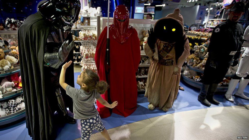 Young fan in NY high fives Darth