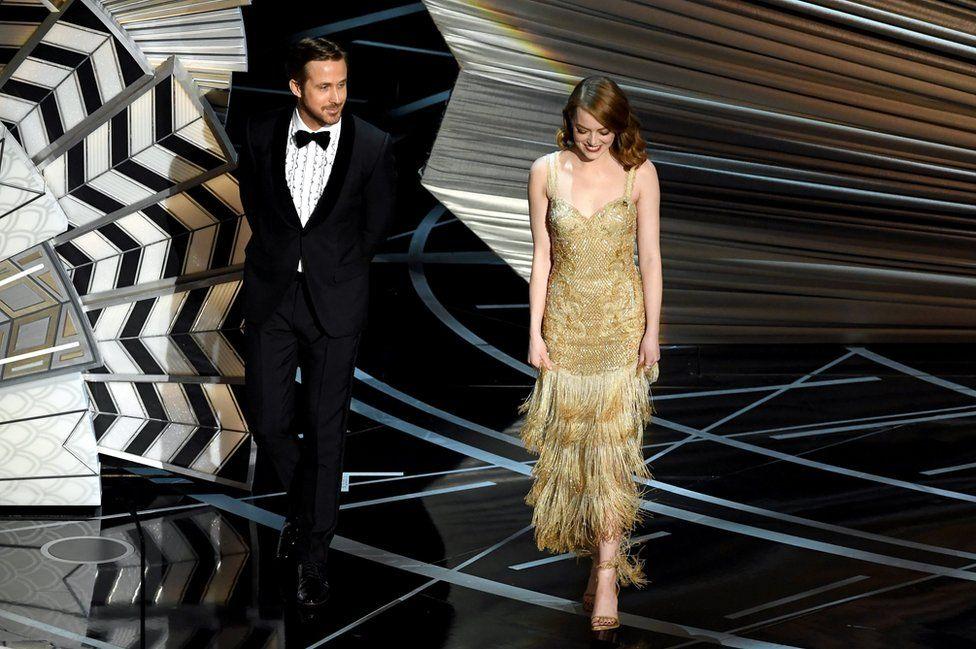 """Актори Раян Ґослінг і Емма Стоун вітали на сцені Джона Ледженда, який отримав статуетку за найкращу пісню - за його композицію до фільму """"Ла-Ла Ленд""""."""