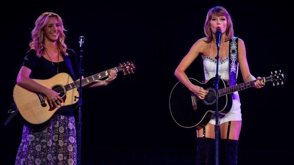 Lisa Kudrow and Taylor Swift on stage