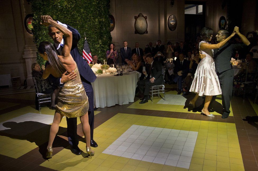Barack Obama y Michelle Obama bailando tango con profesionales en el Centro Cultural Kirchner en Buenos Aires, Argentina.