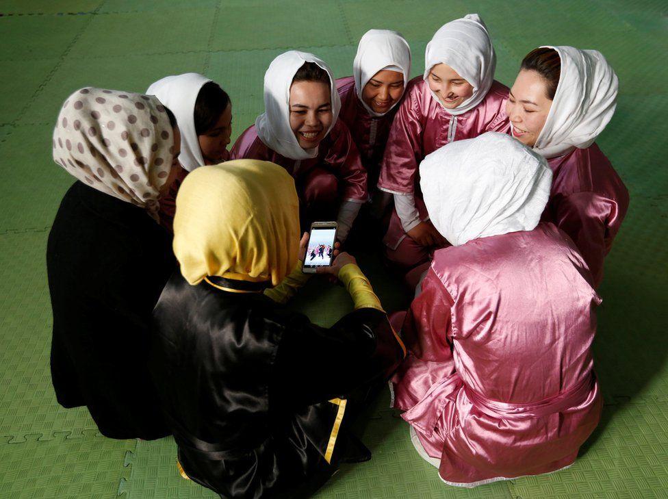 Las chicas disfrutando durante un receso del entrenamiento.