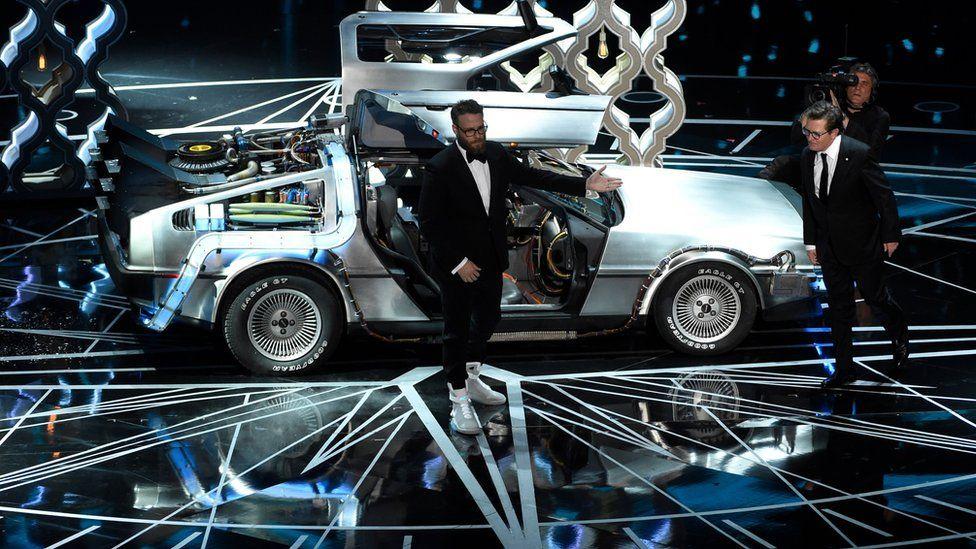 """Віддаючи шану фільму """"Назад у майбутнє"""", актори Майкл Джей Фокс і Сет Роген з'явилися на сцені разом із легендарною """"Делоріан""""."""