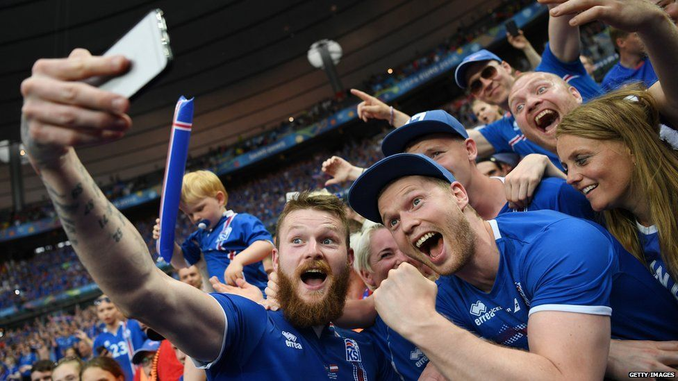 Aron Gunnarsson takes a selfie with fans