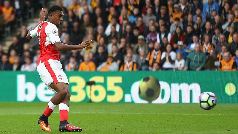 Walcott scores twice as Arsenal beat Basel