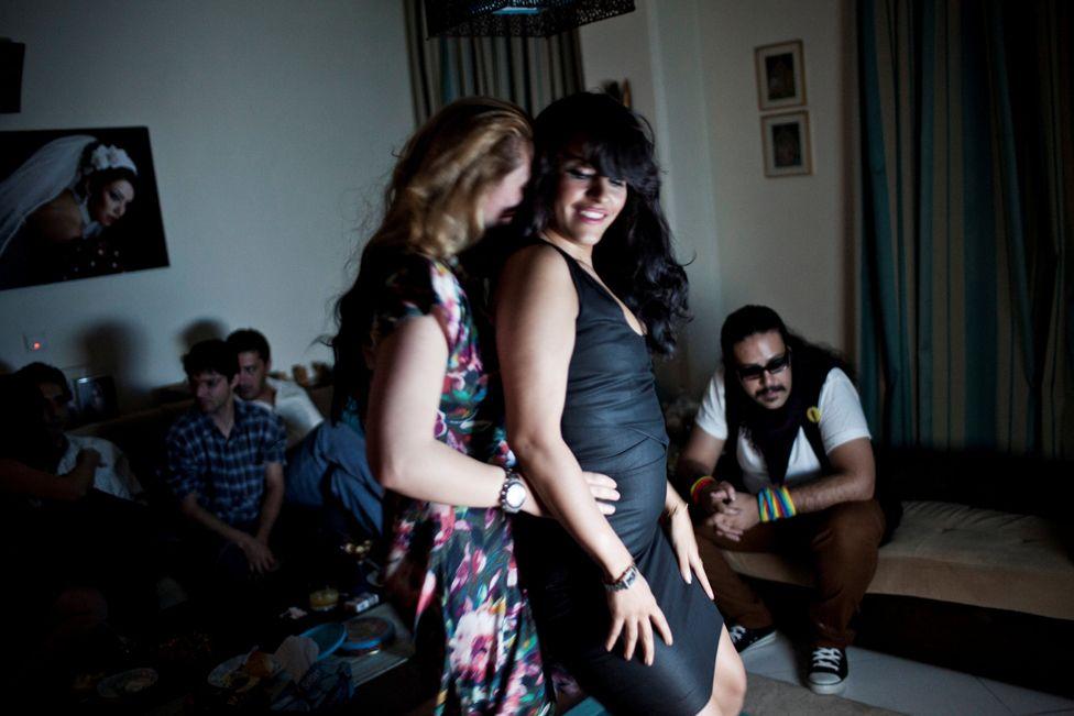 Hai phụ nữ trẻ khiêu vũ tại một buổi liên hoan tại nhà riêng.