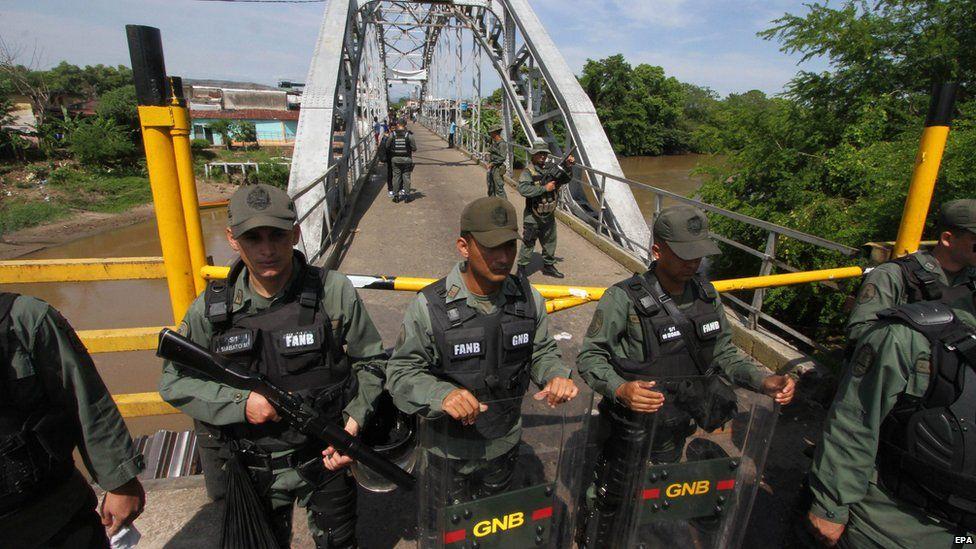 Membros da Guarda Nacional da Venezuela (GNB) ficam de guarda na fronteira entre a Venezuela ea Colômbia na União ponte internacional que permanece fechado em La Fria, Venezuela, 21 de agosto de 2015.