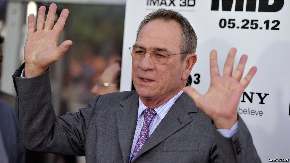 Tommy Lee Jones at the 2012 Men in Black 3 premiere, holding his hands up