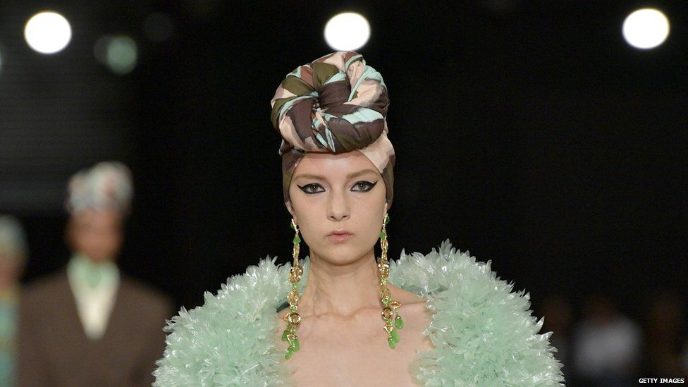 A model for Marc Jacobs' S/S 18 catwalk show wearing a head wrap