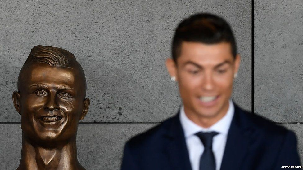 Ronaldo next to a bust of his head