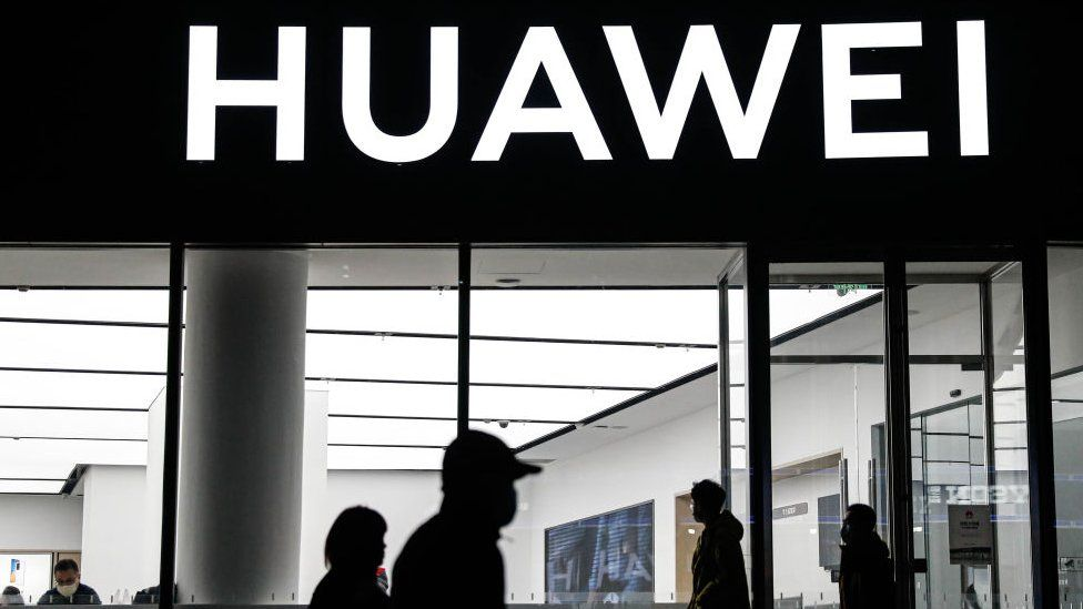 Huawei shop with people walking in front of it