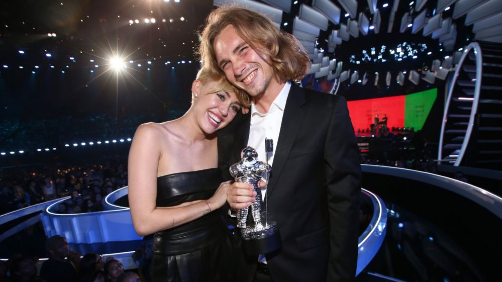 Miley Cyrus' homeless VMA date from Salem is selling his Moonman