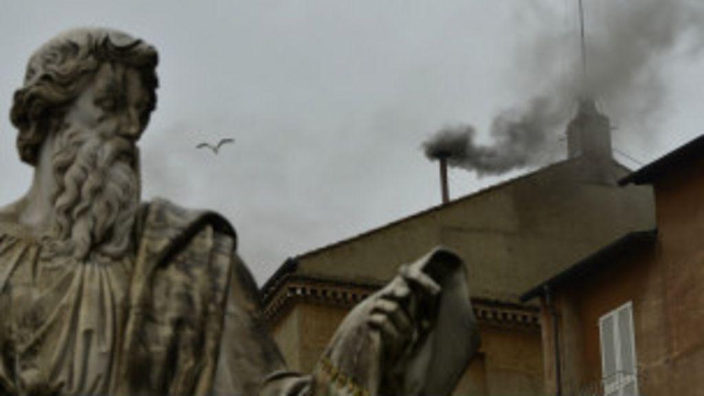 Fumaça preta sinaliza impasse na escolha de novo papa - BBC Brasil