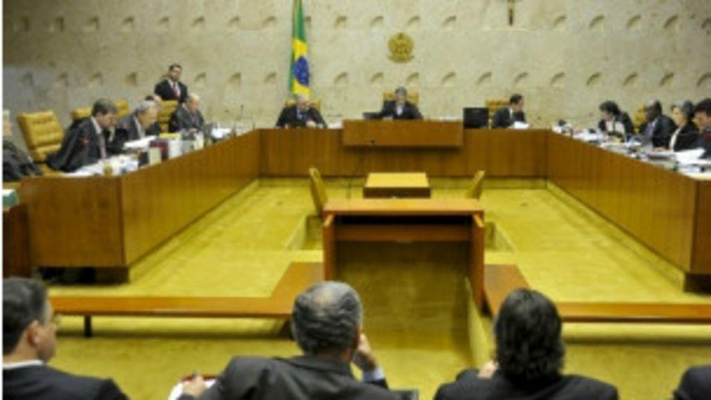 Passaporte falso pode ajudar a manter Pizzolato na Itália - BBC Brasil