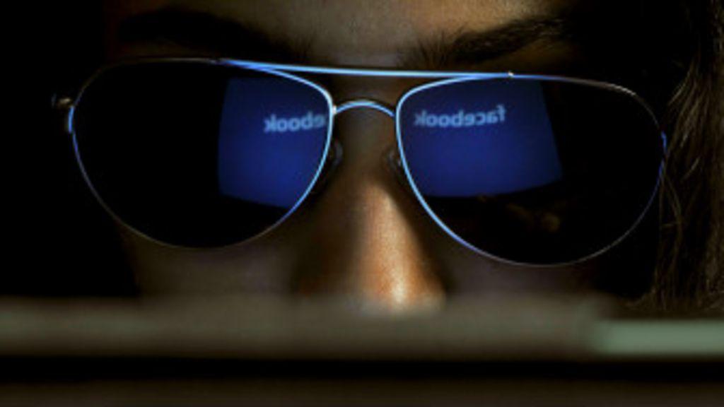 Por qué la gente espía a sus parejas por Facebook - BBC Mundo