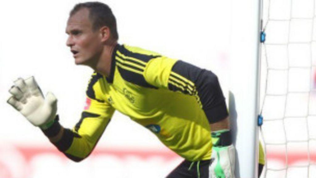 Goleiro ensina jogadores de futebol a economizar dinheiro - BBC ...