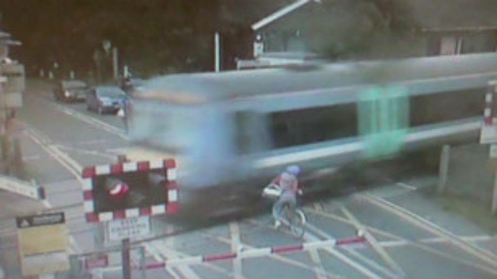 Ciclista quase é atropelada por trem na Inglaterra - BBC Brasil