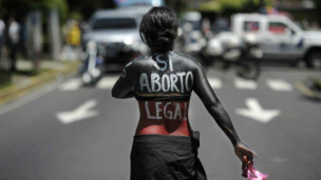O país onde as mulheres podem ser presas por ter aborto espontâneo