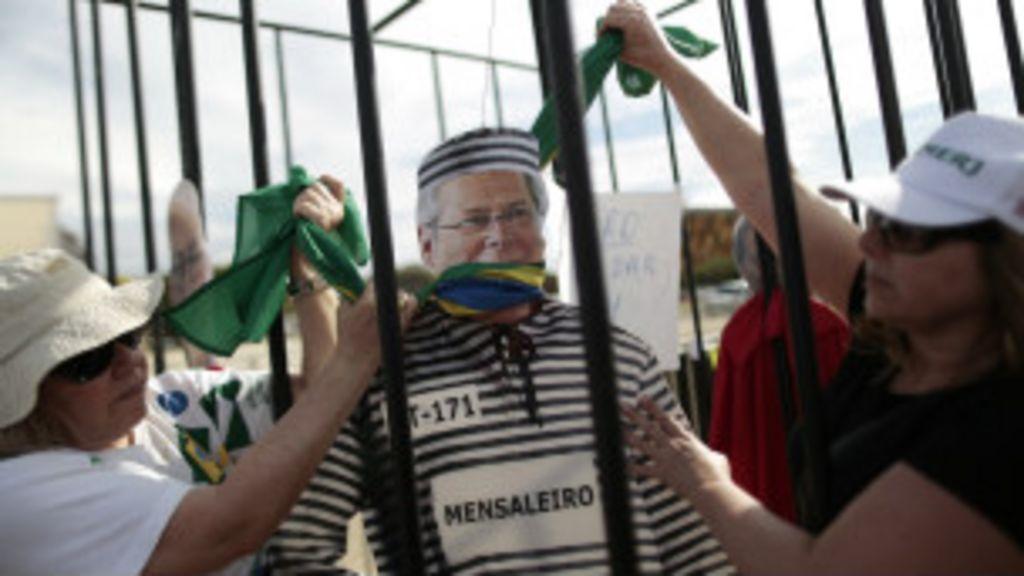 Condenados do mensalão se entregam; um está foragido - BBC Brasil