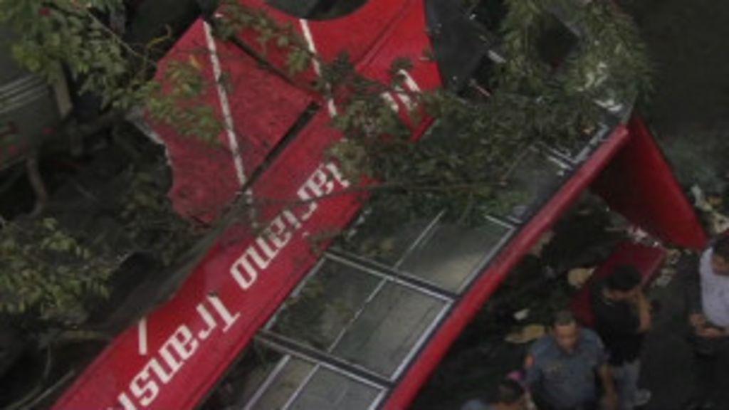 Ônibus cai de viaduto e mata dezenas nas Filipinas - BBC Brasil