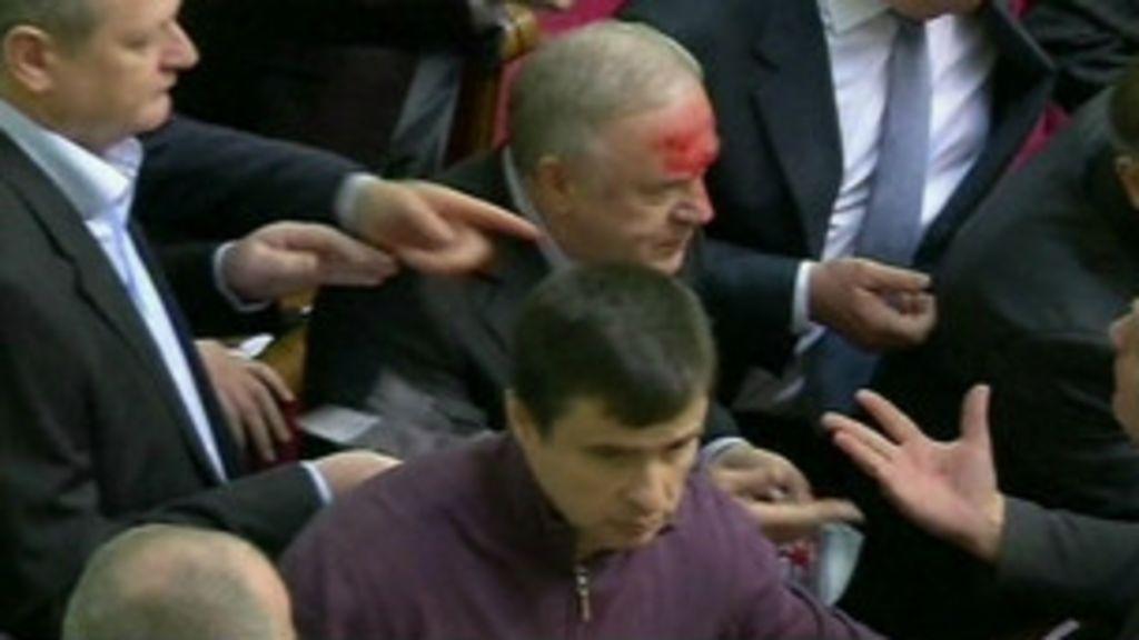 Deputados brigam em sessão do Congresso ucraniano - BBC Brasil