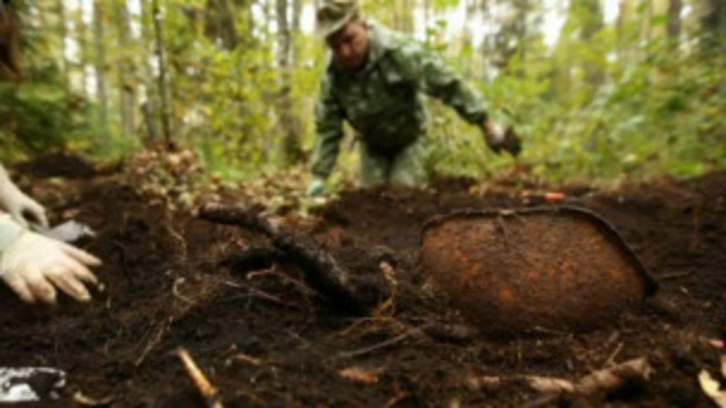Voluntários russos escavam em busca de corpos desaparecidos na ...
