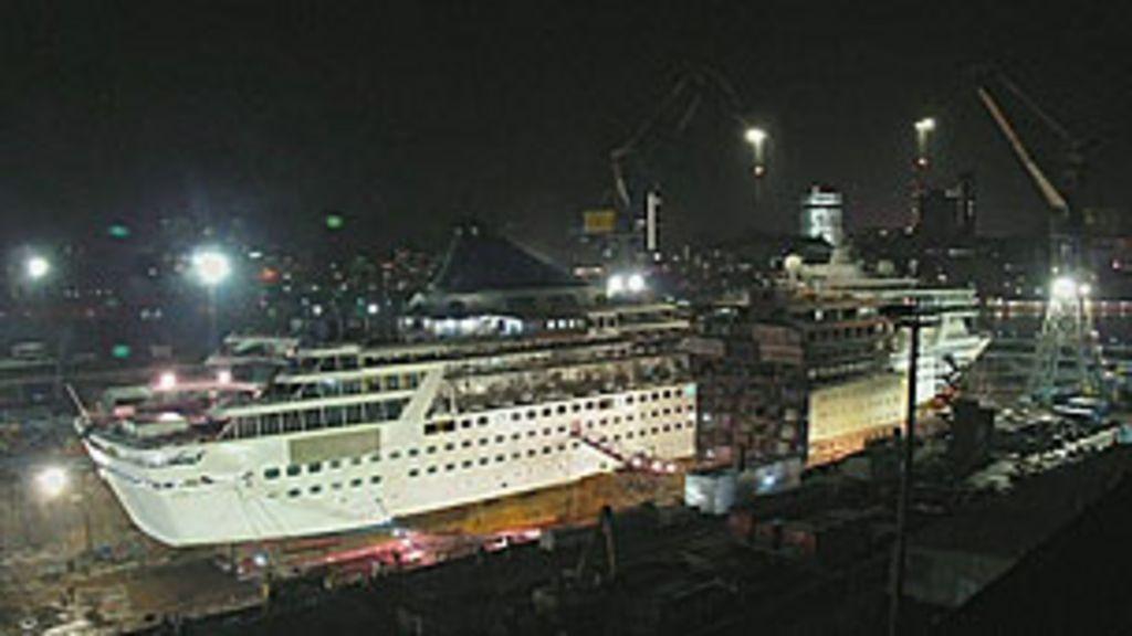 Navio de cruzeiro é cortado ao meio e alongado em 30 m - BBC Brasil