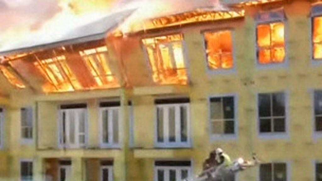 Operario é resgatado de prédio em chamas prestes a desabar nos ...