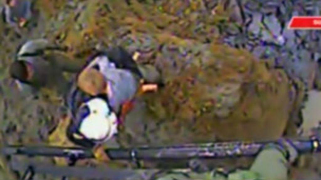 Imagens mostram resgate dramático de menino em deslizamento ...