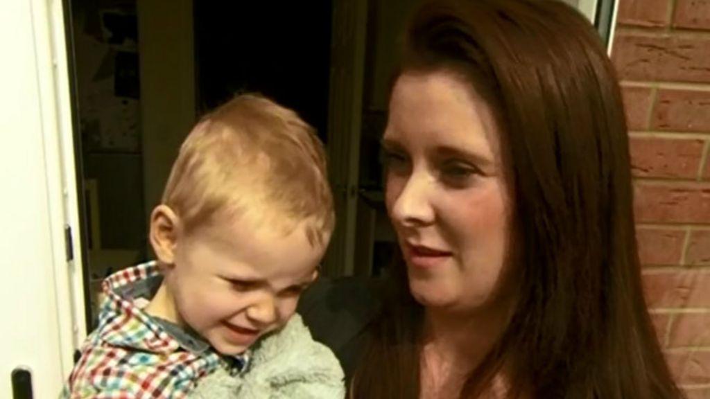 Menino de 2 anos liga para a ambulância e salva vida da mãe ...